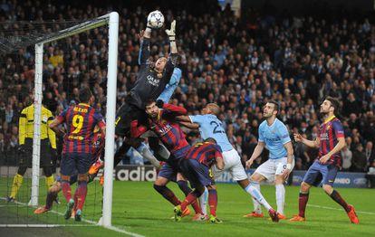 Valdés atalha uma bola aérea.