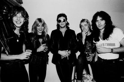 O Iron Maiden antes de um show em Illinois, Estados Unidos, em 26 de junho de 1981. Da esquerda para a direita, Clive Burr (bateria), Dave Murray (guitarra), Paul Di'Anno (voz), Adrian Smith (guitarra) e Steve Harris (baixo).