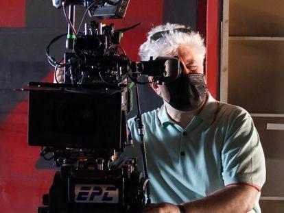 Pedro Almodóvar durante a filmagem de 'A Voz Humana'.