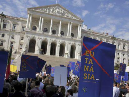 Manifestantes protestam na frente do Parlamento de Portugal contra a nova lei de eutanásia.