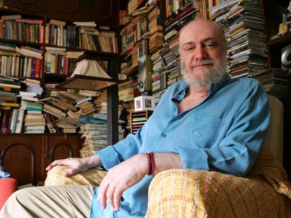 O escritor, compositor e músico Aldir Blanc, em uma livraria da Tijuca, zona norte do Rio de Janeiro, em uma imagem de arquivo, em 2006.