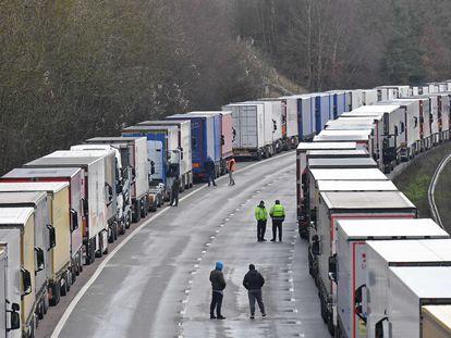 Milhares de caminhoneiros retidos na rodovia M-20, rumo ao porto britânico de Dover, nesta quinta-feira.