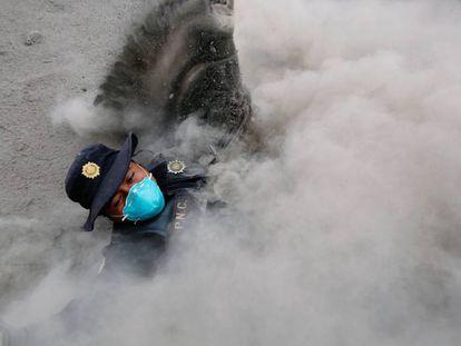 Policial tropeça e cai enquanto fugia da erupção do fluxo piroclástico provocado pela erupção do Vulcão de Fogo na Guatemala, na comunidade de San Miguel Los Lotes em Escuintla.