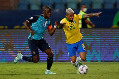 Douglas Luiz, o 24º jogador da seleção brasileira, usa a camisa 25 na Copa América na disputa de bola com Enner Valencia, do Equador.