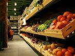 """Naturalis es un supermercado donde se puede llenar el carro de la compra con alimentos naturales y orgánicos sin ningún tipo de colorantes ni conservantes. Ellos mismos nos explican la procedencia de sus productos: """"La amplia selección de verduras y frutas provienen de pueblos cercanos, evitamos gastar más gasolina de la necesaria"""". Nos siguen contando que los productos frescos como, por ejemplo, el pan o los lácteos, son traídos directamente desde los 'baserris' de Bizkaia. """"En el caso de los huevos- siempre frescos- los traemos de Oilobide. Estos tienen un mayor aporte vitamínico y mineral y cuentan con el sello ecológico vasco ENEEK"""". También cabe destacar otras dos secciones importantes. Por un lado, la dedicada al universo de los veganos, donde cada artículo tiene su correspondiente etiqueta de calidad. Y por otro, el rincón 'beauty', con variedad de productos cosméticos hechos de manera natural. Dónde: Alameda San Mamés, 44. Bilbao. www.naturalisbilbao.com"""