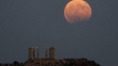 Eclipse lunar parcial ao fundo do templo de Poseidón, em Sunión (Grécia).