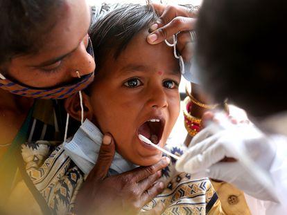 Enfermeira faz exame de coronavírus em Bangalore, em 19 de abril.
