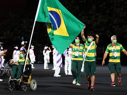 Os porta-bandeiras Evelyn de Oliveira e Petrúcio Ferreira, que representaram a delegação brasileira na abertura dos Jogos Paralímpicos Tóquio 2020, nesta terça-feira, 24 de agosto, na capital japonesa.