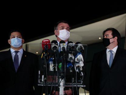 Jair Bolsonaro ao lado do presidente do Senado, Davi Alcolumbre (esquerda), e do presidente da Câmara, Rodrigo Maia (direita).
