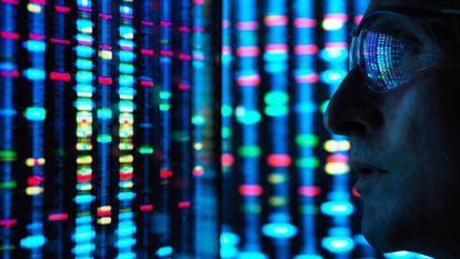 Um cientista observa a sequência de um genoma na tela de um computador.
