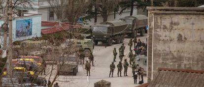 Tropas uniformizadas e sem identificação montam guarda em Balaklava, nos arredores de Sebastopol, na Ucrânia