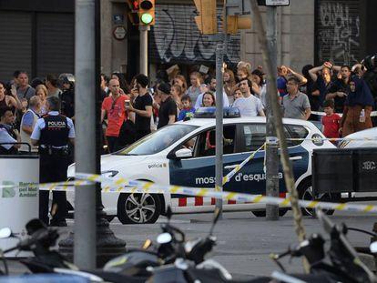 Pedestres deixam região do atentado