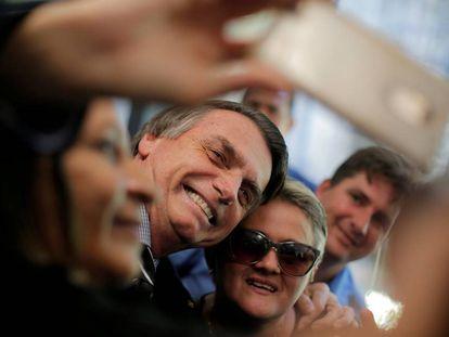 Candidato Jair Bolsonaro (PLS) tira selfie com apoiadora em Brasília.