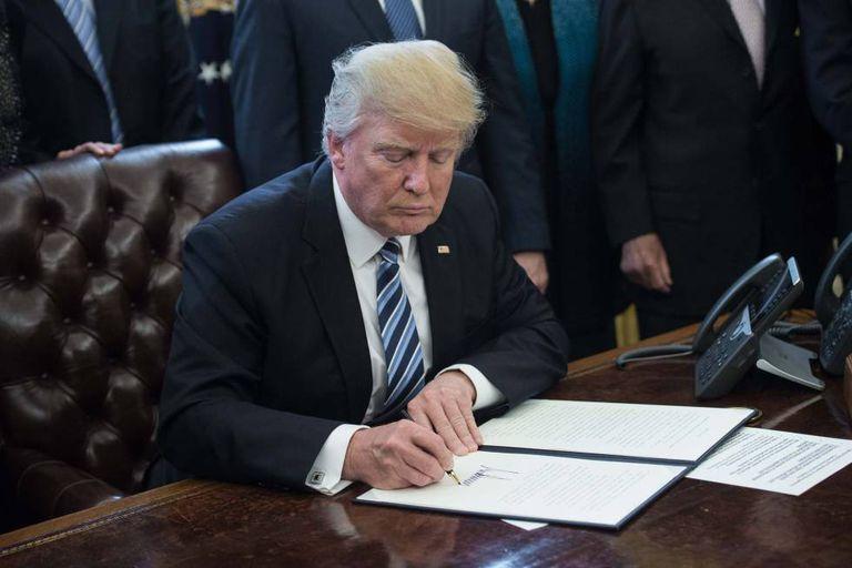 Donald Trump assina uma ordem executiva na Casa Branca