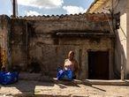 COVID-19 - EL PAÍS - São Paulo - Brasil - Mortes pela covid-19 crescem 45% nos bairros pobres em uma semana. O crescimento do número de mortes causadas pelo contágio da covid-19 (suspeitas ou confirmadas) na capital paulista vem refletindo a desigualdade social de uma cidade que concentra 60% de suas unidades de terapia intensiva (UTI) em apenas três distritos. Na última semana, entre os dias 17 e 24 de abril, houve aumento de 45% nas mortes ocorridas nos 20 distritos mais pobres do município. O distrito com o maior número de morte por covid-19 segue sendo a Brasilândia, na zona norte, com 81.  A ONG Preto Império tem cadastrado moradores em situação economica difícil e entregado cestas básicas. NA FOTO- Ilma Paulino, recebe cesta básica destribuída pela ONG Preto Império.  Foto/ TONI PIRES EL PAÍS 28.04.2020