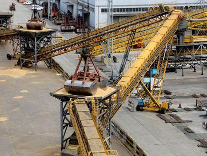 Um sistema de gruas descarrega toneladas de soja importadas do Brasil no porto chinês de Lianyungang.