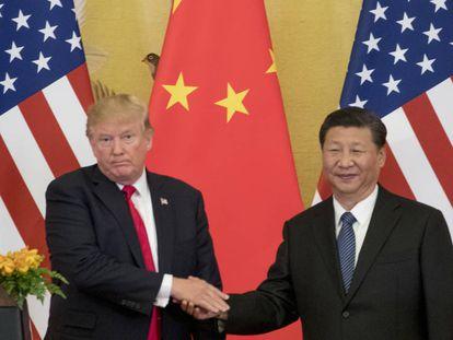 O presidente dos EUA, Donald Trump, e seu homólogo chinês, Xi Jinping, cumprimentam-se em Pequim.