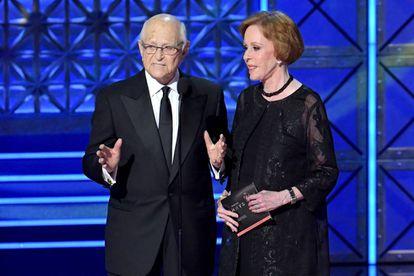 Norman Lear e Carol Burnett, durante a cerimônia do Emmy 2017.