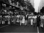 """Ativistas como Lélia Gonzalez, Benedita da Silva e Abdias Nascimento na marcha """"Zumbi está vivo"""", realizada no Rio de Janeiro em 1983. Foto faz parte do acervo de Januário Garcia que está sendo preservado."""