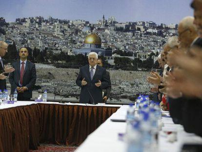 O presidente palestino reza em uma reunião em Ramala. / Foto e vídeo de Reuters (legendas em espanhol)