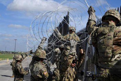 Fotografia cedida pela Força Aérea norte-americana que mostra vários soldado norte-americanos enquanto instalam cercas na fronteira entre Estados Unidos e México.