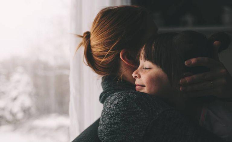 Uma mãe com a filha: autora reflete sobre desafios da maternidade.