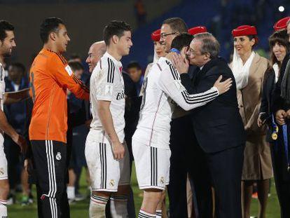 O presidente do Real, Florentino Pérez, cumprimenta seus jogadores.