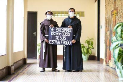 Freis Lorraine e José Hélio com um cartaz que ganharam em uma manifestação contra Bolsonaro.