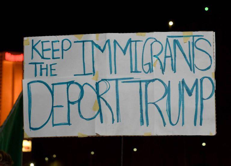 Cartaz contra Trump em manifestação