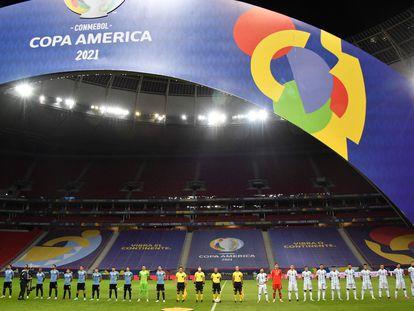 A seleção uruguaia e a da Argentina, durante a Copa América. / NELSON ALMEIDA / AFP