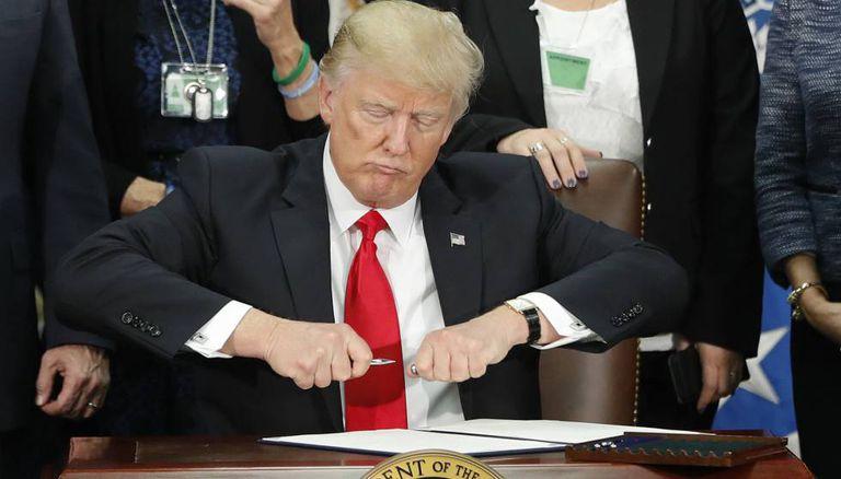 Trump, depois de assinar o decreto que autoriza a construção do muro.