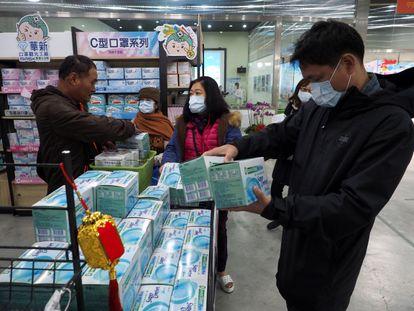 Pessoas comprando máscaras em Taiwan nesta terça-feira.
