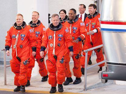 Um grupo de astronautas participa de um ensaio de lançamento em 2010.