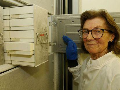 A doutora Anne McLaren, no Museu de História Natural de Londres.