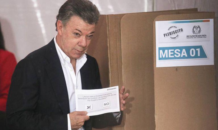 O presidente da Colômbia, Juan Manuel Santos, vota no plebiscito.