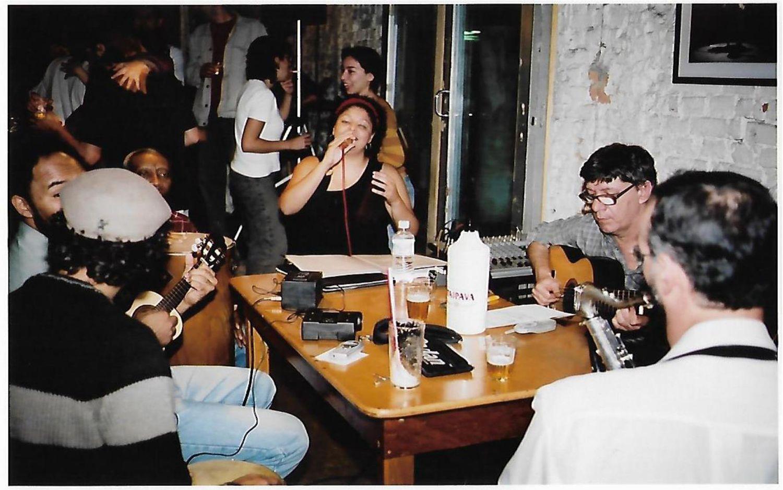 A cantora Fabiana Cozza em uma roda de samba no bar Ó do Borogodó, em São Paulo, no começo de sua carreira.