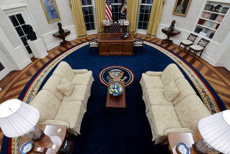 Vista geral do Salão Oval decorado para o presidente Joe Biden na Casa Branca.