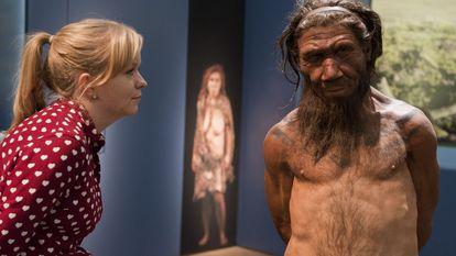 Funcionária do Museu de História Natural de Londres olha para um modelo de homem neandertal, em uma imagem de arquivo.