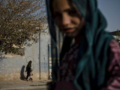 Uma jovem em uma rua de Kandahar, em 10 de agosto.