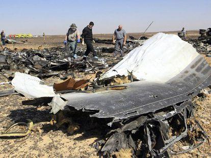 Investigadores russos no local da queda do avião.