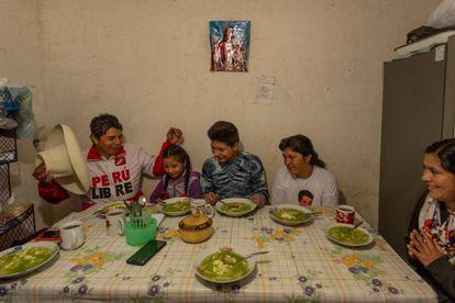 Pedro Castillo reza com a esposa, Lilia, e seus três filhos, Alondra, Arnold e Jennifer, antes de tomar uma sopa verde, prato tradicional de Cajamarca, Peru.