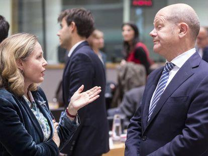 A ministra da Economia em exercício, Nadia Calviño, e seu homologo alemão Olaf Scholz.