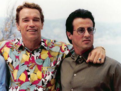 Uma foto impensable em 1990: Arnold Schwarzenegger e Sylvester Stallone, megaestrellas de cinema e inimigos declarados, posando juntos para a imprensa no Festival de Cannes.