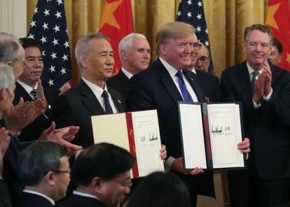 Trump e o vice-primeiro-ministro chinês Liu He, exibem acordo assinado em janeiro na Casa Branca.