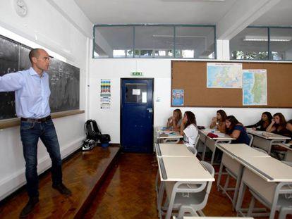 Professor dá aula no colégio Valsassina, em Lisboa (Portugal).