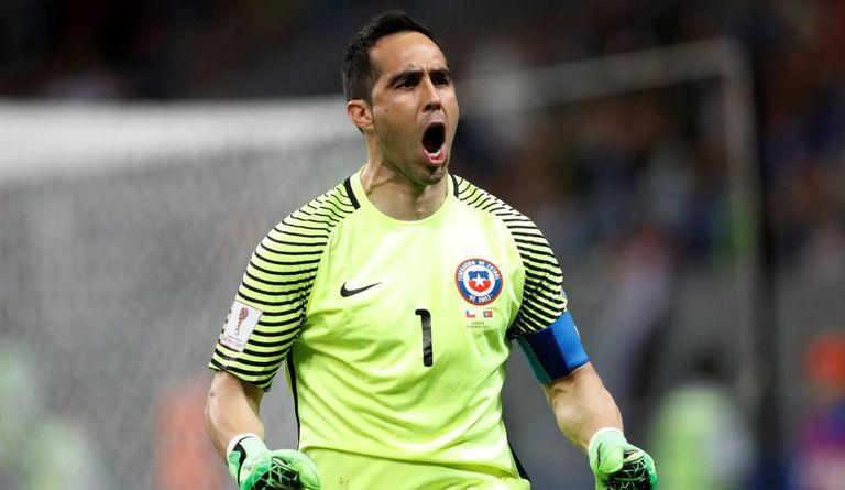 Claudio Bravo celebra defesas que classificaram o Chile.
