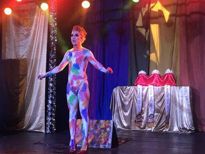 A drag queen Antonia Pethit se apresenta.