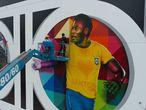 """AME2441. SANTOS (BRASIL), 19/10/2020.- Fotografía del 17 de octubre de 2020, cedida por Felipe del Valle, donde se observa al artista brasileño Kobra (d) trabajando en su mural de Pelé en la ciudad de Santos (Brasil). El pintor brasileño Kobra finalizó este domingo su obra """"Coração Santista"""" (Corazón Santista), en la ciudad de Santos, en el estado de Sao Paulo, en el que hace homenaje a la leyenda del fútbol mundial, el brasileño Edson Arantes do Nascimento, conocido mundialmente como Pelé, y que cumplirá 80 años el próximo 23 de octubre. EFE/ Felipe Del Valle SÓLO USO EDITORIAL/NO VENTAS/NO ARCHIVO"""