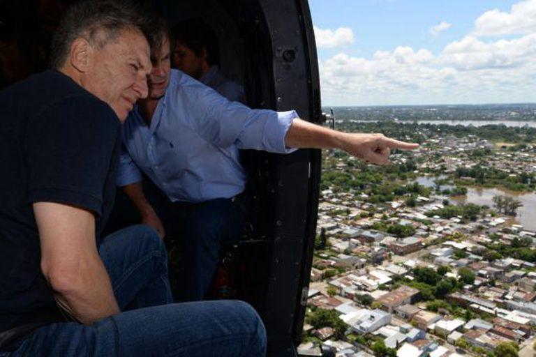 O presidente argentino, Mauricio Macri, observa os bairros alagados na cidade de Concórdia.