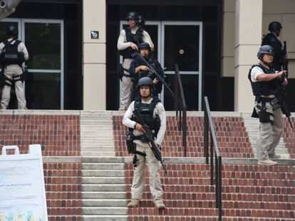 Forças de segurança na Universidade da Califórnia, em Los Angeles.